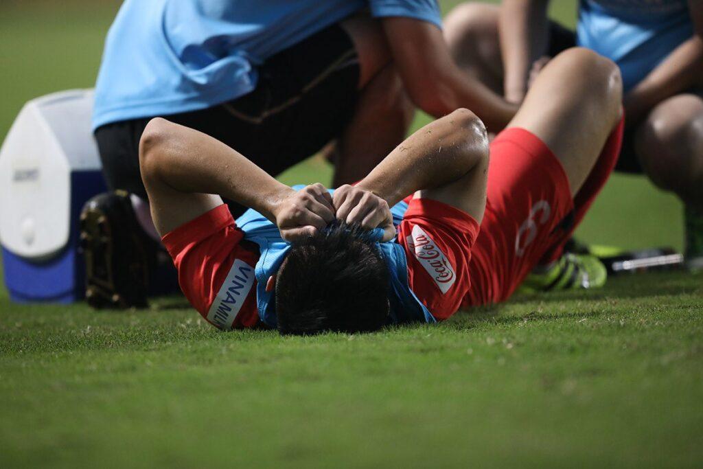 sơ cứu khi bị chân thương trong bóng đá