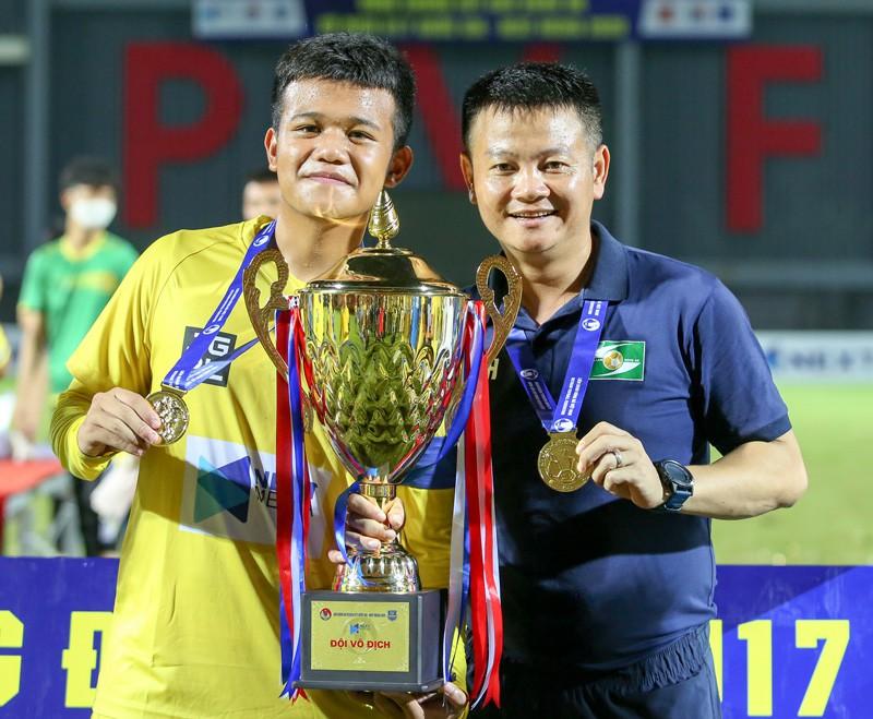 Phạm Văn Quyến quay lại sân bóng với vai trò trợ lí
